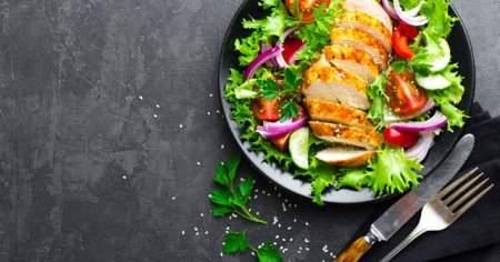 Diyetisyenlerden Diyet Tavuk Salata Tarifleri