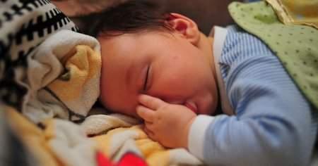 2 Aylık-3 Aylık Bebek Elini Neden Emer Bebeğim Ellerini Emiyor