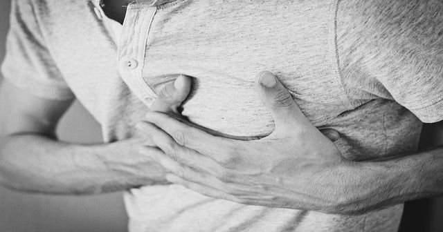 Erkeklerde ve Kadınlarda Sol Memede Yanma Sızlama ve Ağrı Neden Olur